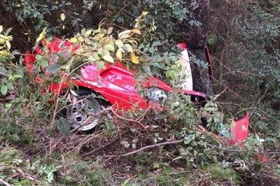 Lamborghini cổ nằm trọn dưới mương do tài xế mất lái