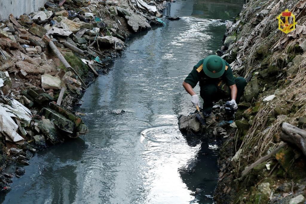 Rải gần 4 tấn hóa chất chống phát tán thủy ngân ra ngoài Rạng Đông