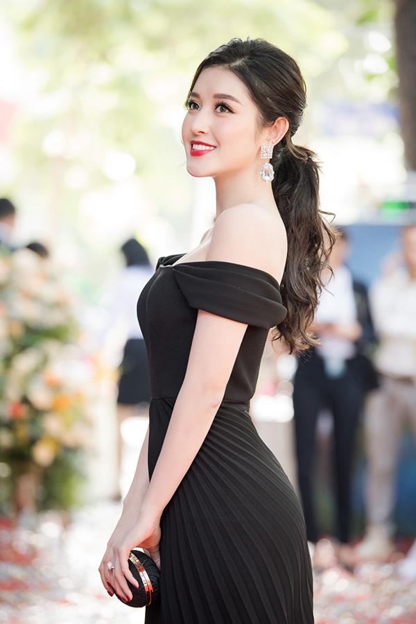 Huyền My váy trễ vai tươi tắn với mùa thu Hà Nội