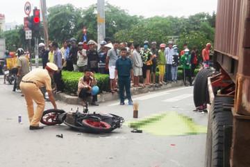 Xe đầu kéo va chạm xe máy dừng đèn đỏ ở Sài Gòn, một phụ nữ tử vong