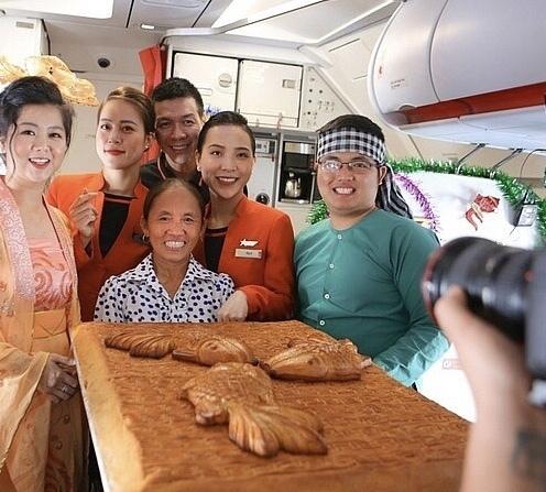 Ai cho phép bà Tân Vlog đưa bánh Trung thu 'siêu to' lên máy bay