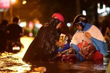 Đường Sài Gòn ngập sâu cả mét, nước tràn đầy cốp xe máy
