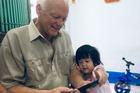 Cựu binh Mỹ thăm nhà tình nhân ở Đồng Nai, được người thân chào đón