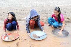Những nữ sinh đãi vàng bên bờ sông Đakrông