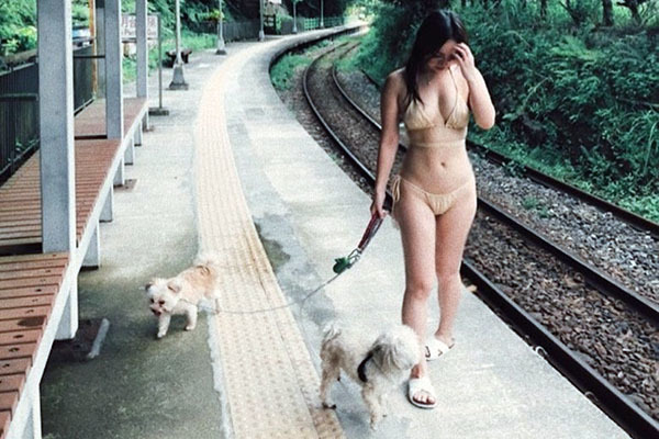 Nữ ca sĩ bị chỉ trích mặc bikini dắt cún cưng đi dạo là ai?