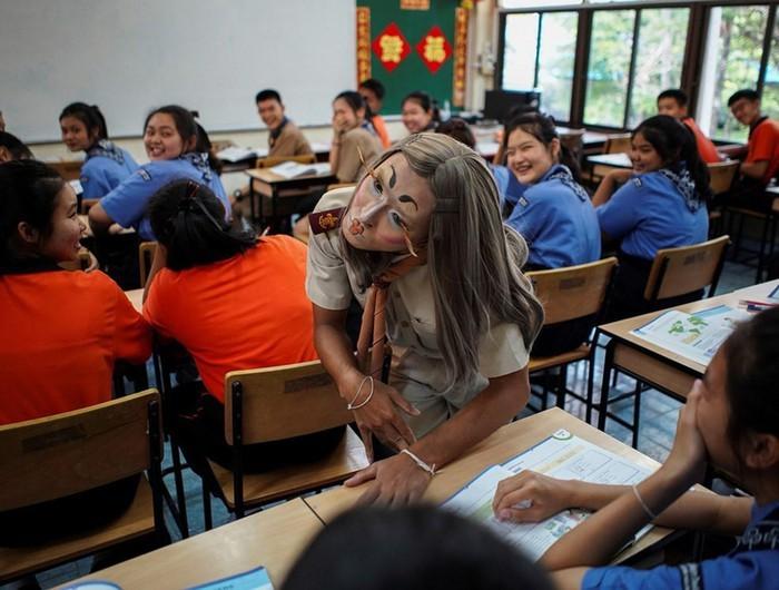 Thầy giáo tiếng Anh đội tóc giả, đi catwalk giúp học sinh hứng thú với môn học