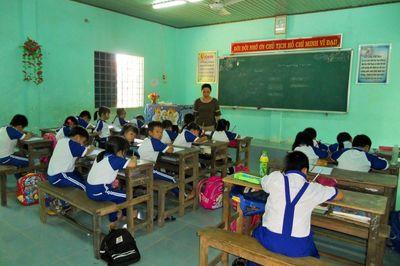 Học sinh Bình Định không chịu đến lớp do đường xa?