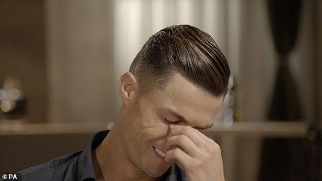 Ronaldo vỡ òa trong nước mắt ngay trên sóng truyền hình