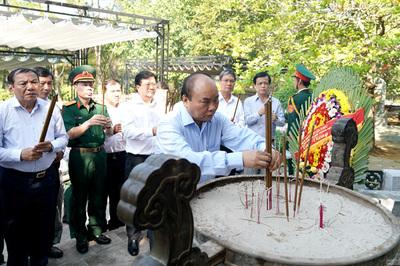 Thủ tướng viếng các anh hùng, liệt sĩ tại Quảng Trị
