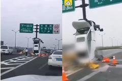 Nữ tài xế đâm thẳng cột biển báo, xe dựng thẳng đứng