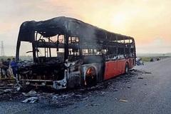 Xe khách chở 10 người cháy ngùn ngụt khi đang chạy ở Hà Tĩnh
