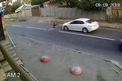 Bị ôtô đâm trúng, bé trai thoát chết kỳ diệu nhờ ba lô đi học