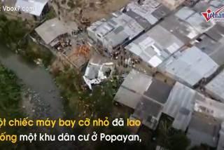 Máy bay 'hạ cánh' trên mái nhà, 7 người thiệt mạng