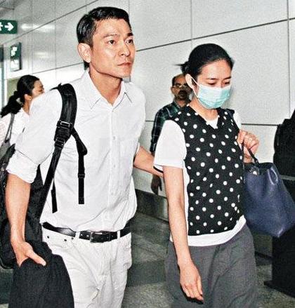 Lưu Đức Hoa được fan nữ diện váy cưới cầu hôn giữa liveshow