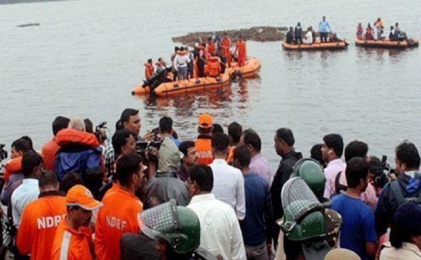 Tàu chở khách bị lật ở Ấn Độ, hàng chục người thương vong
