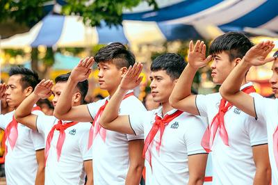 Áp sát ngôi vô địch, dàn sao Hà Nội FC nhí nhảnh làm... đội viên