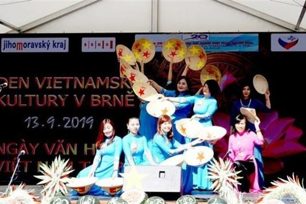 Mid-Autumn Festival held for Vietnamese children abroad