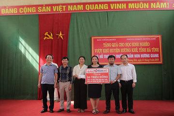 Báo VietNamNet trao 100 triệu đồng cho học sinh, trường học vùng lũ lụt Hà Tĩnh