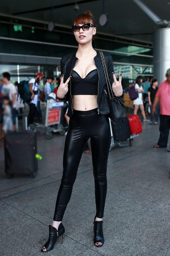 Chi Pu và 'bạn gái Sơn Tùng MTP' mặc sexy ra sân bay khiến hành khách phải chú ý