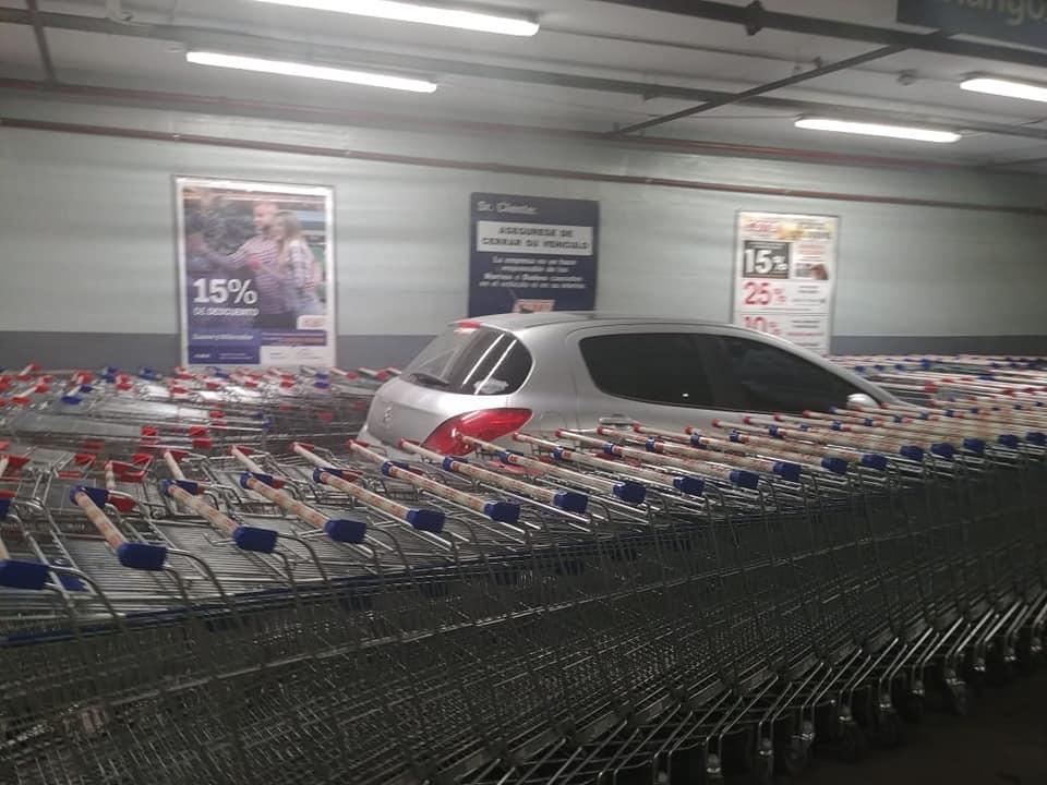 Ô tô Peugeot bị bao vây bởi hàng trăm xe đẩy siêu thị