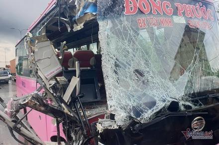 Xe khách nát đầu sau cú đâm mạnh ở Sài Gòn, 5 người bị thương nặng