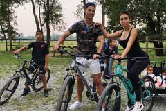 Ronaldo tung tăng bên gia đình trước khi tái xuất C1