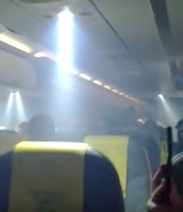 Khói ngập ngụa khoang máy bay, hành khách hoảng loạn
