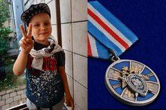 Trao huân chương cho cậu bé 6 tuổi cứu ông ngã vào lò sưởi