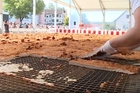 Cận cảnh quá trình chế biến miếng gà chiên lớn nhất thế giới