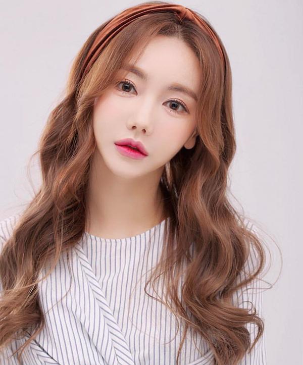 Cựu idol Hàn khóc vì bị nghi lộ clip thoát y