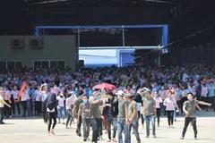 Nhận thức ăn có dòi bò lúc nhúc, hơn 1.000 công nhân đình công