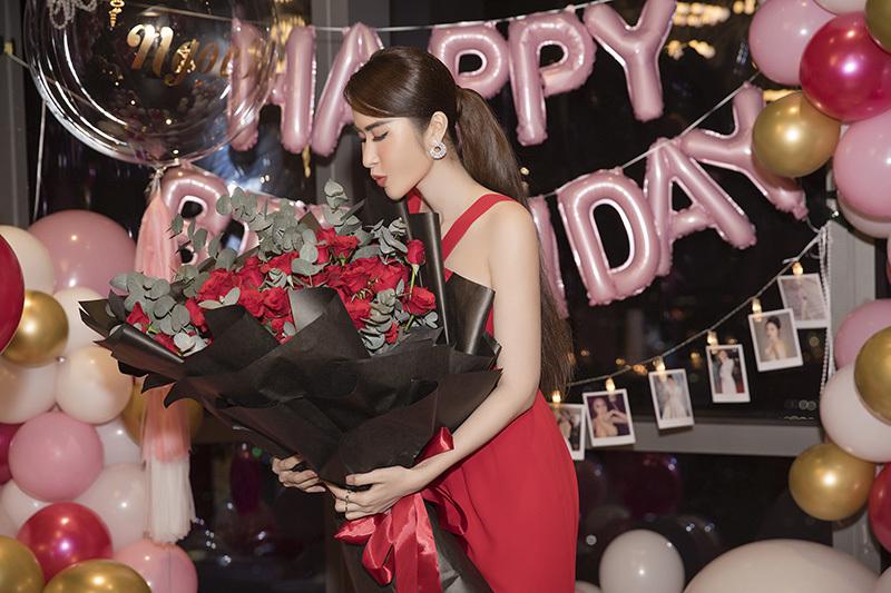 Sinh nhật ấm áp bên bạn bè của hoa hậu Princess Ngọc Hân