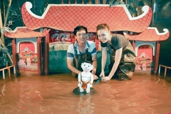Young businesswoman promotes water puppetry art to the South