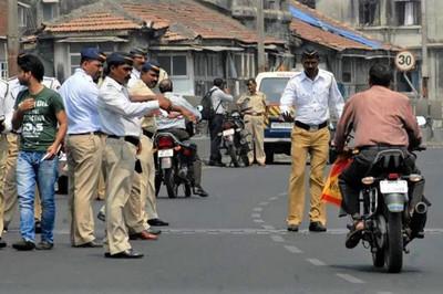 Bị cảnh sát chặn xe hỏi giấy tờ, chủ xe sợ hãi tới mức đột tử