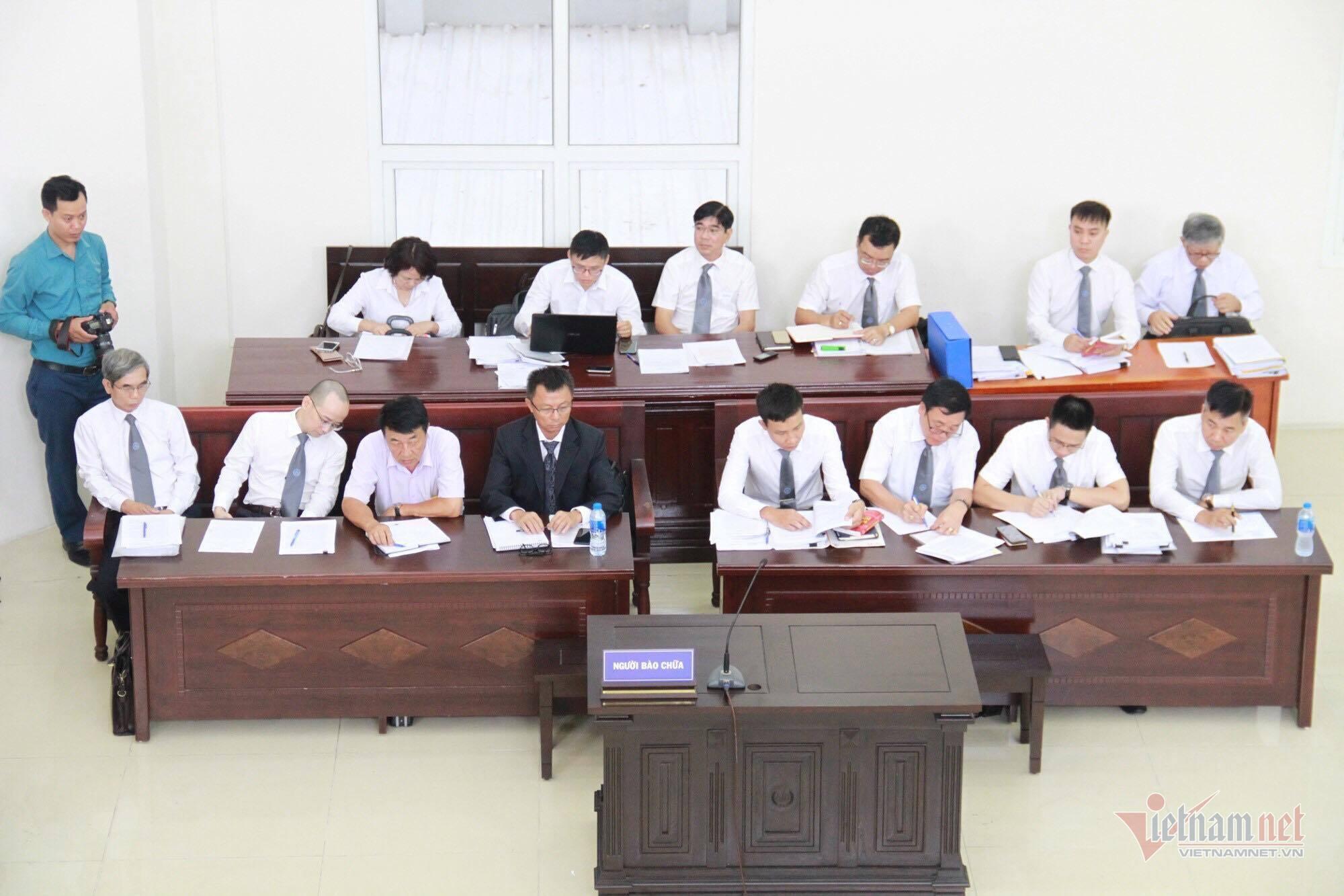 Cựu Thứ trưởng Bộ LĐ-TB&XH Lê Bạch Hồng cùng đồng phạm hầu tòa
