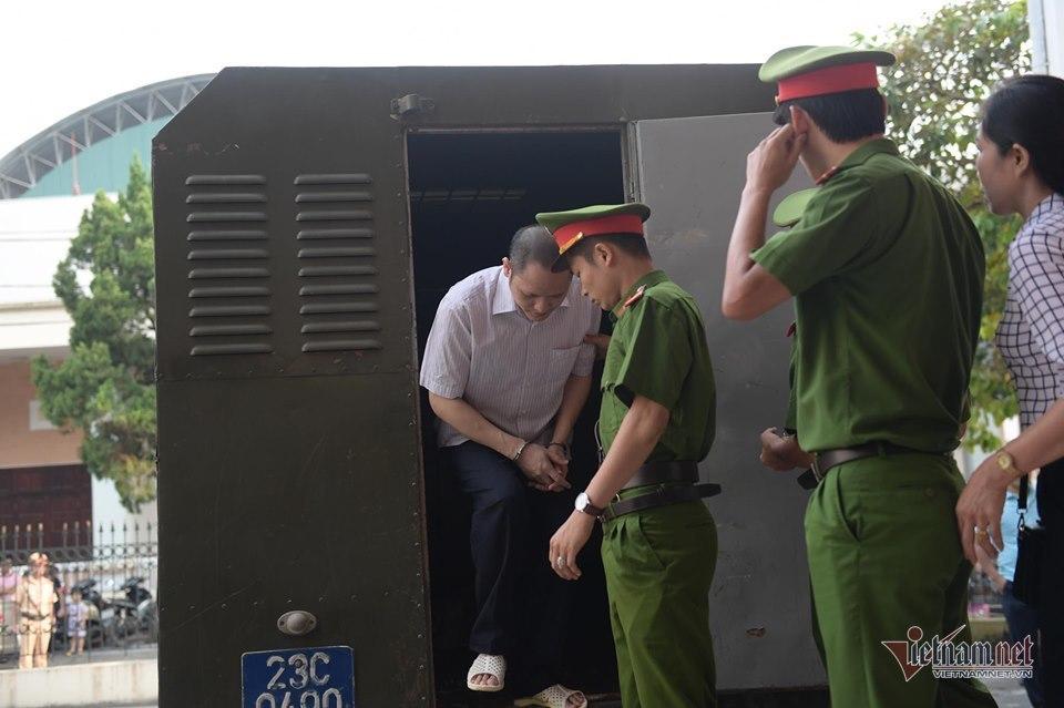 Trích xuất camera thấy Vũ Trọng Lương giật niêm phong phòng chứa bài thi