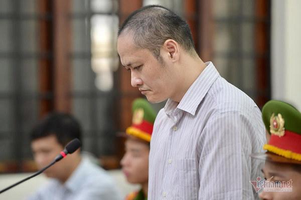 Cựu Phó giám đốc Sở Giáo dục cười nhẹ, 2 thuộc cấp cúi mặt đến tòa ở Hà Giang
