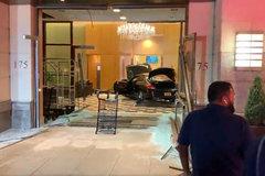 Hành động kỳ lạ của người đàn ông lao xe vào tòa nhà Trump