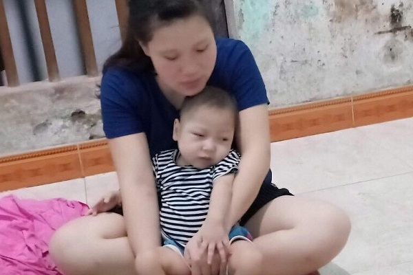Mẹ nghèo khóc nghẹn xin cứu con trai đầu bị Tim, con út bị động kinh liệt tứ chi