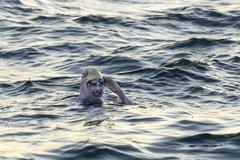 Người phụ nữ bơi qua eo biển Anh 4 lần sau chiến thắng ung thư