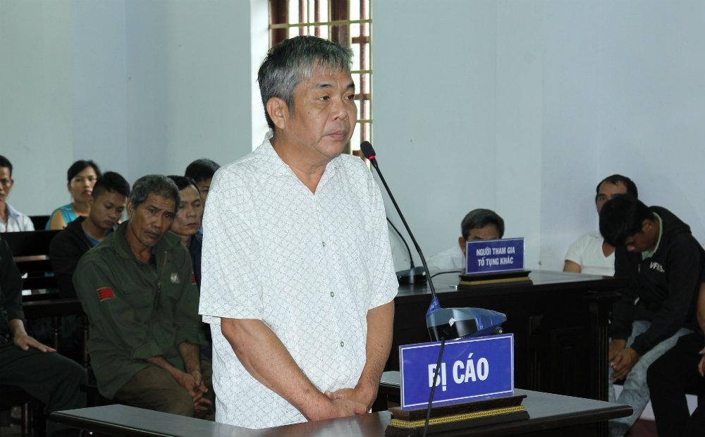 Tạm hoãn xử trùm gỗ lậu Phượng 'râu' vì bị cáo giám đốc phải nhập viện