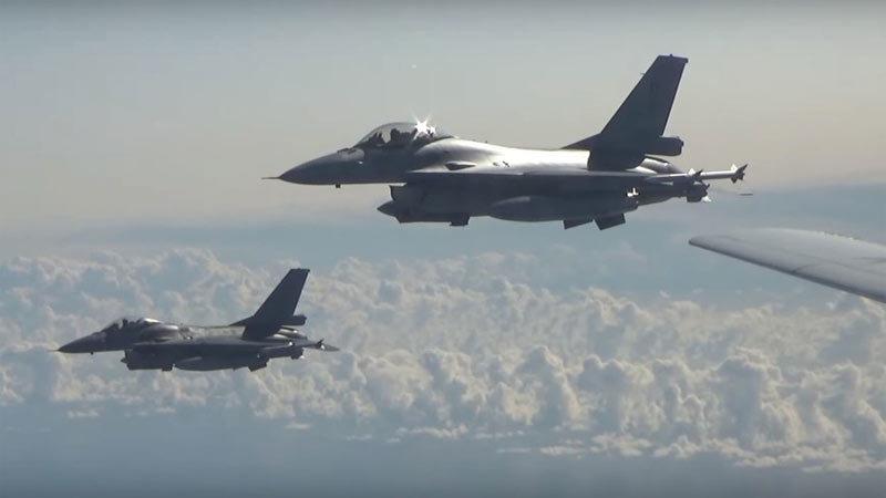 Video dàn chiến cơ NATO áp sát máy bay ném bom Nga