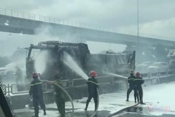 Xe ben cháy rụi đầu ở cửa ngõ Sài Gòn, tài xế bung cửa thoát thân