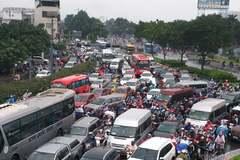 Xe máy chen kín ô tô, cửa ngõ Sài Gòn kẹt nghẹt thở