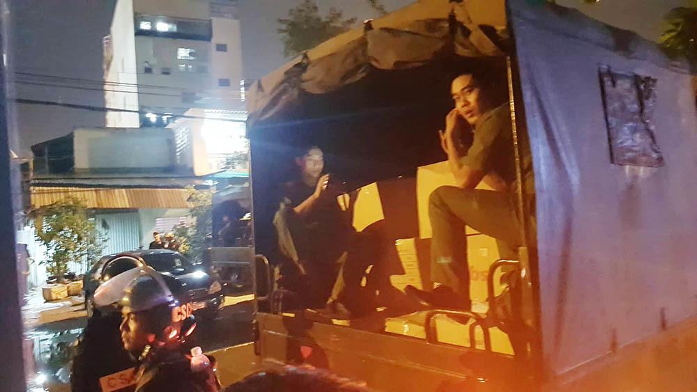 Xe tải chở tài liệu, áp giải CEO địa ốc Alibaba Nguyễn Thái Luyện rời trụ sở