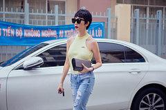 Xuân Lan mặc 'bụi phủi' lái xế hộp 2,5 tỷ đến ủng hộ Quang Hà
