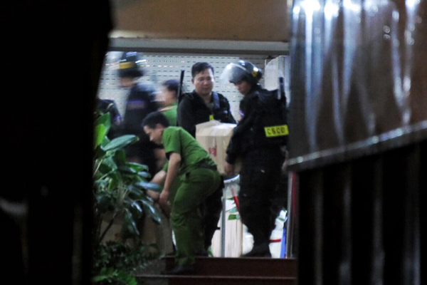 Xe tải chở tài liệu, áp giải CEO Nguyễn Thái Luyện rời trụ sở