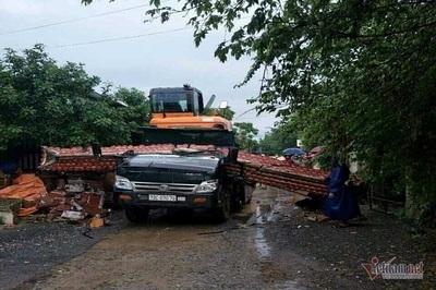 Xe chở máy công trình kéo sập cổng làng, tài xế tử vong ở Quảng Bình