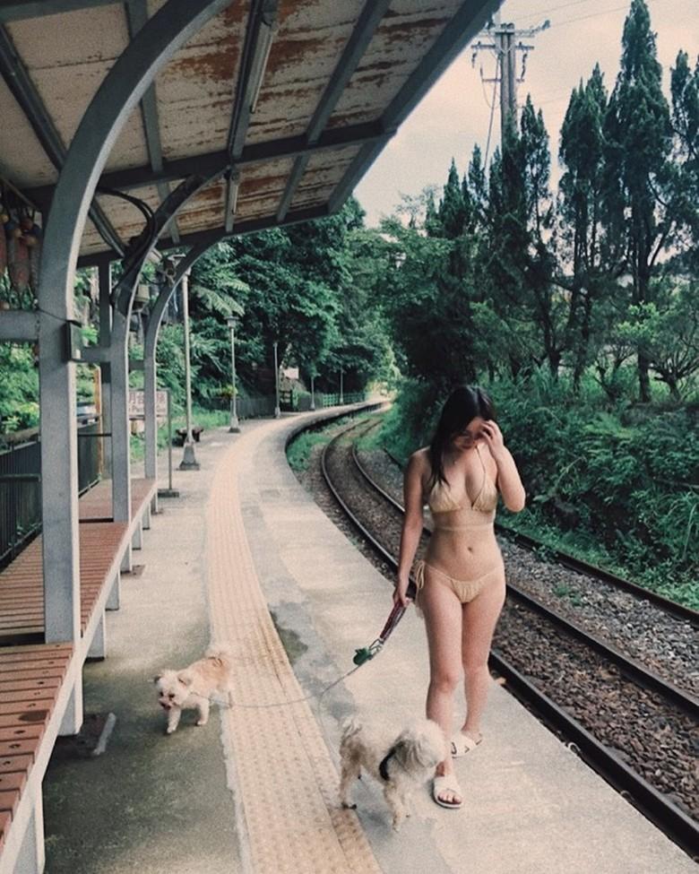 Ngọc Trinh gây tranh cãi khi mặc nội y tạo dáng trên đường phố Italy
