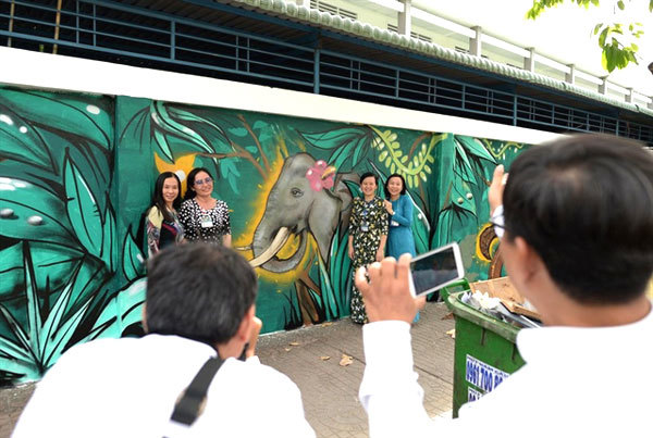 Foreign artists show concern about wildlife protection through art